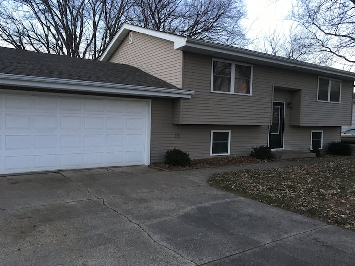 Large 4BR, 2 bath, sleeps 12, near Des Moines
