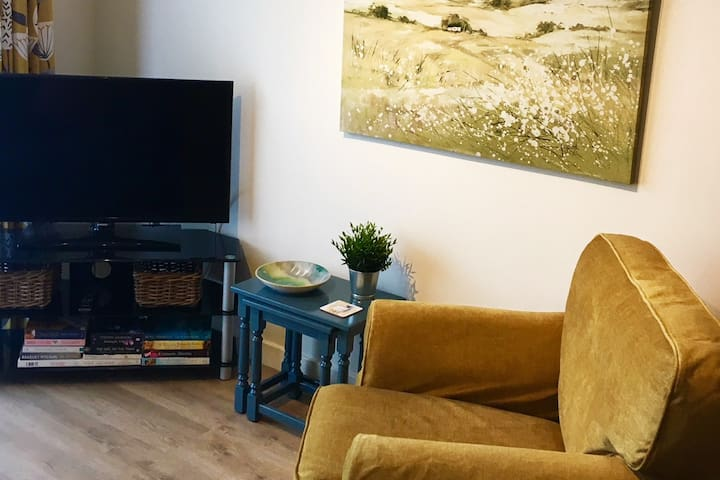 Comfy in Cardiff - Bright Modern Flat with parking