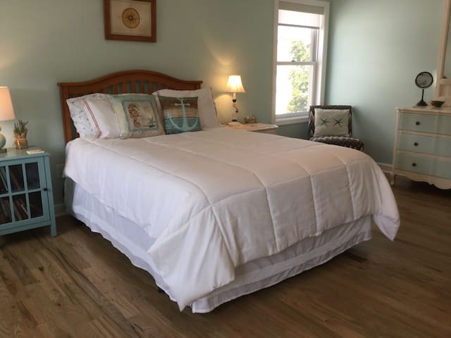 Large Bedroom in Bradley Beach w/access to Hot Tub