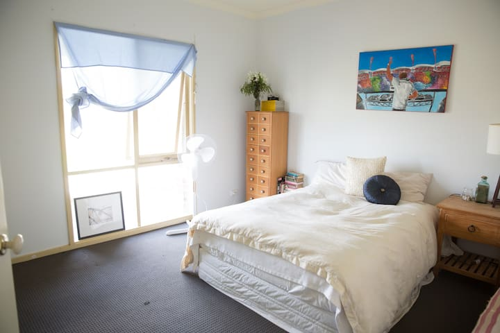 Private double room close to the airport. - Oaklands Junction - Hus