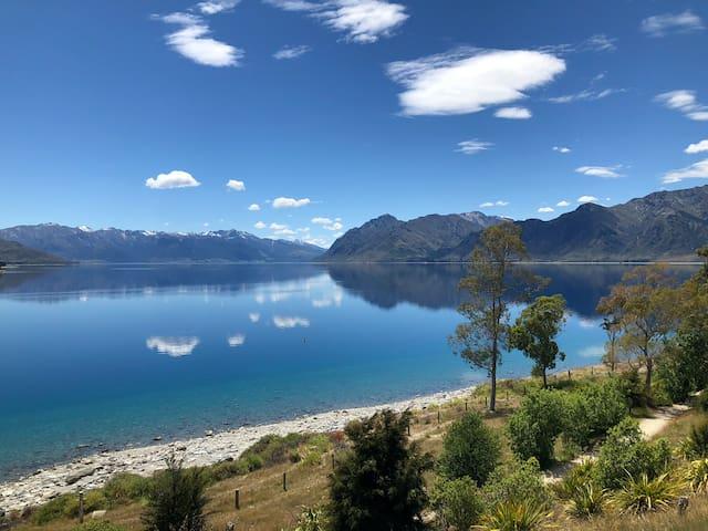 Lake Hawea Lakefront Cabin, 15 minutes to Wanaka