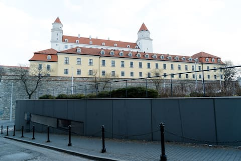 Primární poloha vedle hradu