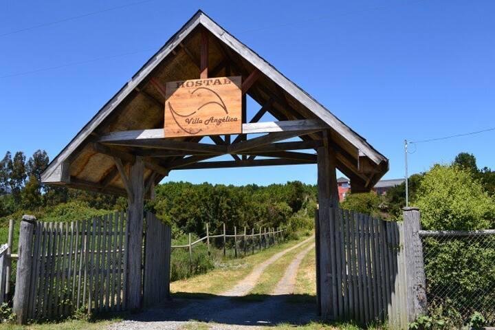 HOSTAL Villa Angélica. Entrada a Carretera Austral