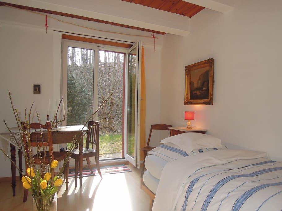 Weiteres Zimmer: Einzelzimmer, mit kleinem Sitzplatz.
