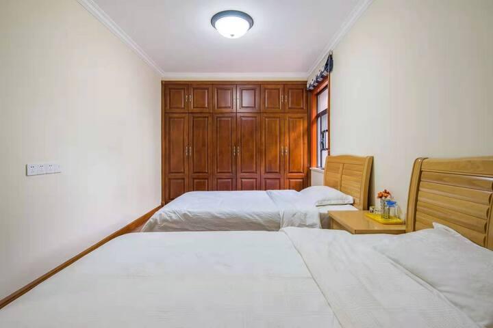 二楼标准间,1.2m床x2张,宽敞舒适,全屋中央空调。