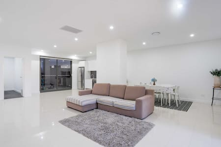 EVERYTHING IS NEW IN HUGE APARTMENT+UNLIMITED WIFI - Hurlstone Park - アパート