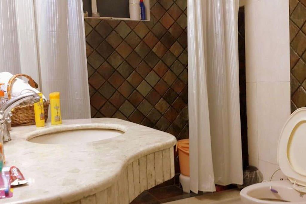 Large Luxury Bathroomuh y