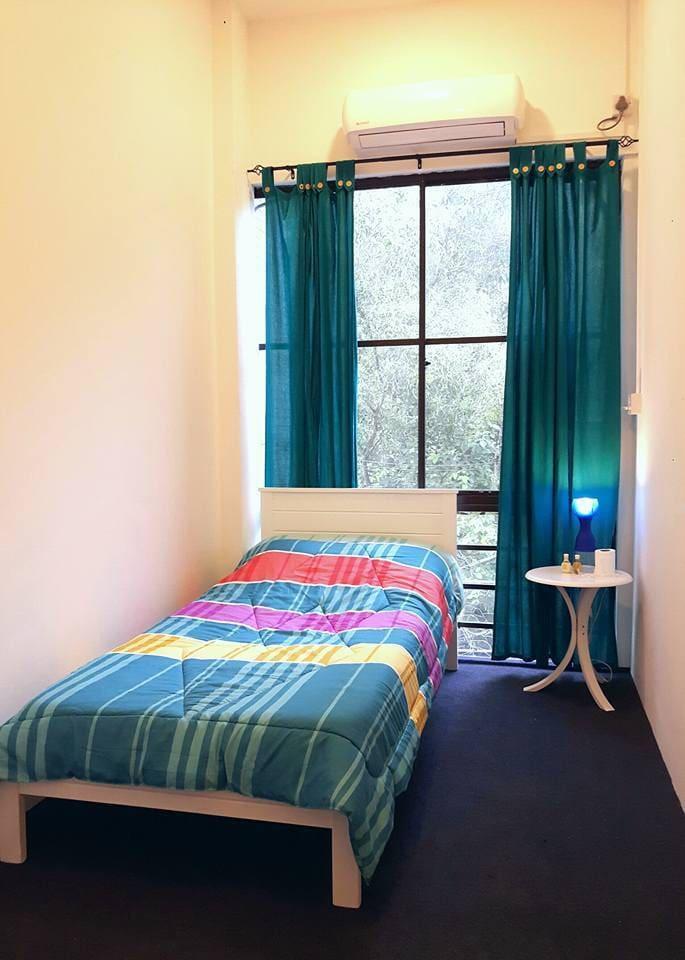Single bedroom with window