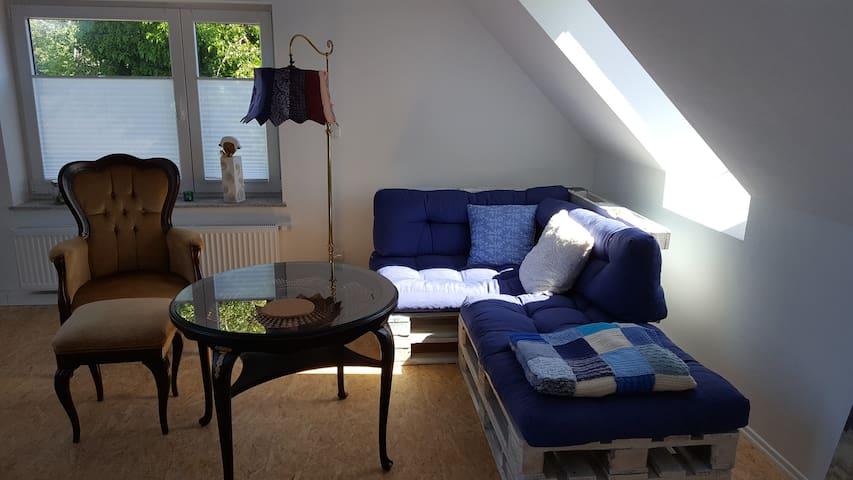 Sitzecke mit altem Sessel und Möbeln aus Paletten