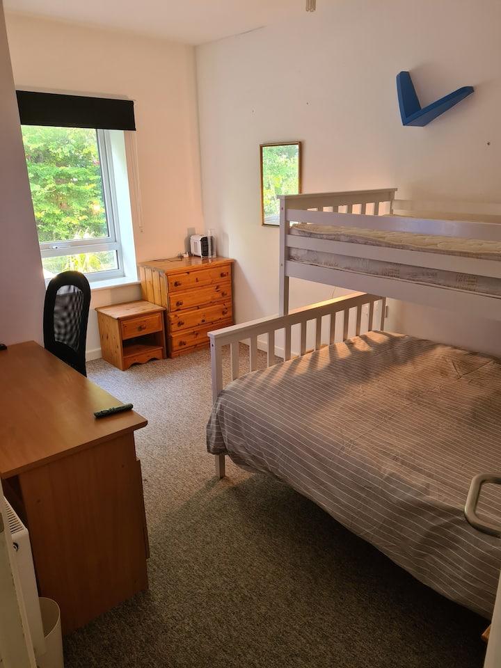 Lovely Double Room - 3 Mins Walk To QA Hospital
