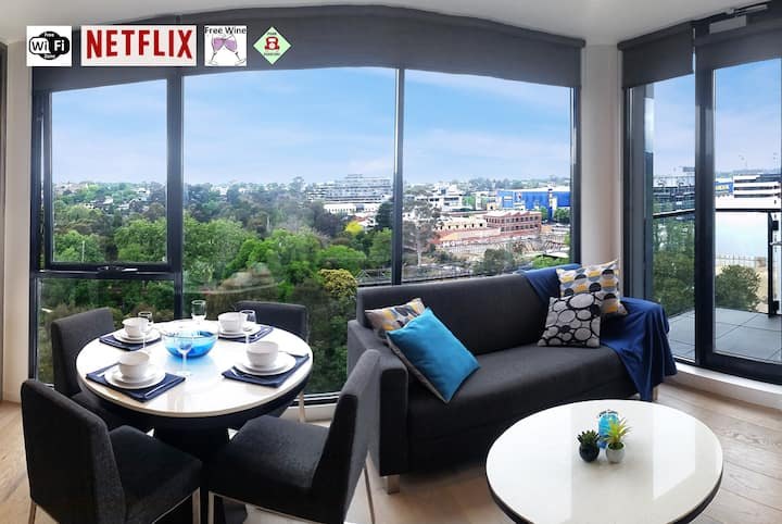 Luxury 2BR Yarra River Views★WIFI★Netflix★Pool★Gym