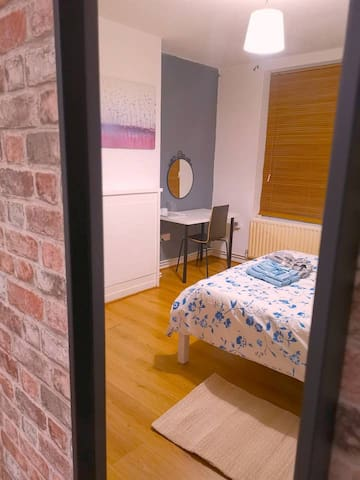 Large Beautiful Double Room Near Tower of London