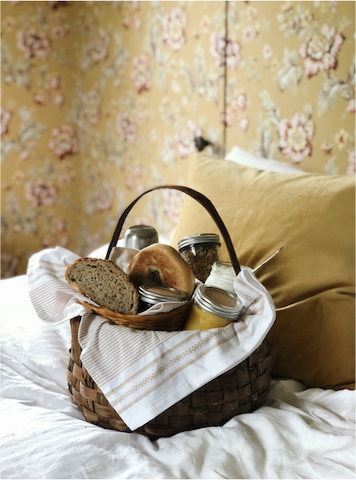 Breakfast is served in a picnic basket and left by your door of your room. In that way you can choose whether you prefer breakfast in bed, in the sunroom or in the garden. Its filled with fresh bread, other local treats and coffee or the - whichever you prefer.