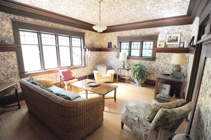 Stunning 3 Bedroom Heritage Kerrisdale House - Vancouver - House