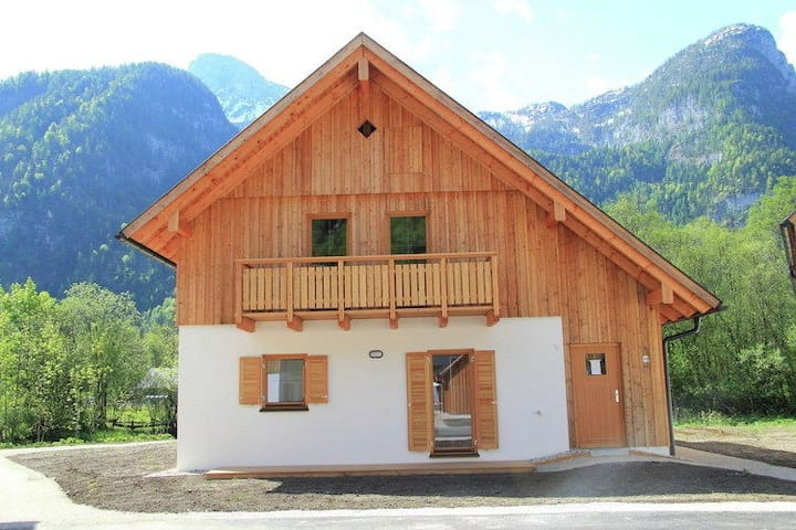 New luxury detached chalet with sauna located at the Hallstättersee in Obertraun