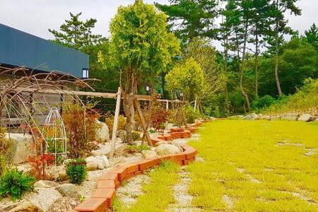 *예솔* 푸른소나무와 테라스를 겸비한  집 (야외 바베큐&간이수영장, 가족여행, 단체여행)
