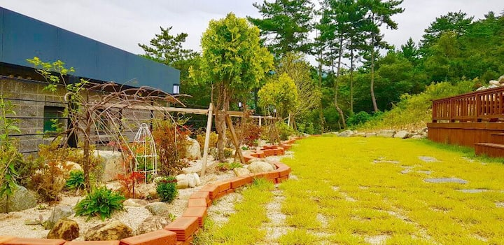 *예솔* 푸른소나무와 테라스를 겸비한  집 (야외 바베큐&간이수영장, 가족여행)