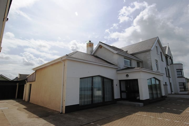 Causeway Coast Rentals - Beach Lodge - Portballintrae - Rumah