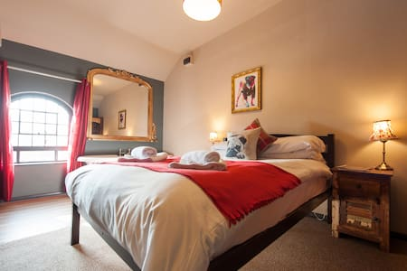 Deluxe Double w/ Ensuite - The Pug & Greyhound B&B - Great Glen - Bed & Breakfast