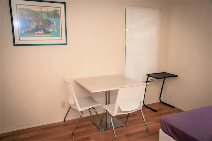 Private room 15 mins from downtown Dallas (Women)