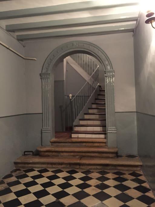 Escalera entrada Mercería 17