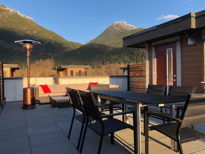 New Squamish Townhouse With a View (Monthly Only)
