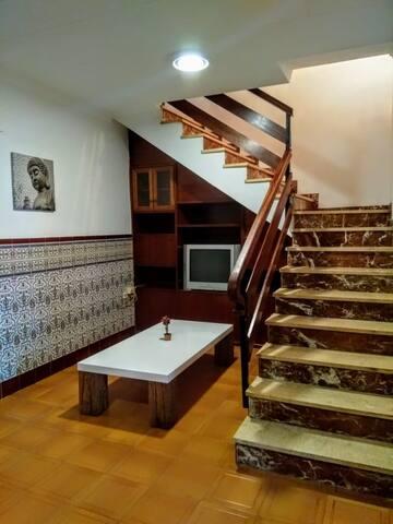 Desde el mismo recibidor mirando dentro izquierda tenemos planeado organizar otra zona de ocio y a la derecha están las escaleras para acceder al piso superior. Los visitantes tienen libre acceso a prácticamente toda la casa.