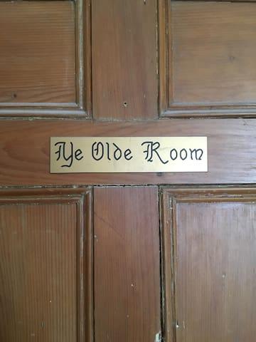 Yellow Door Inn - Ye Olde Room - Masstown - Rumah