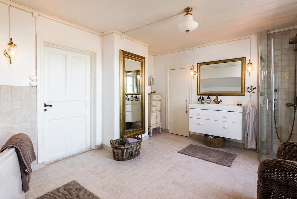 Egen relax/badrum med gott om plats. dusch och wc Huge Bathroom/Relax with plenty of space.