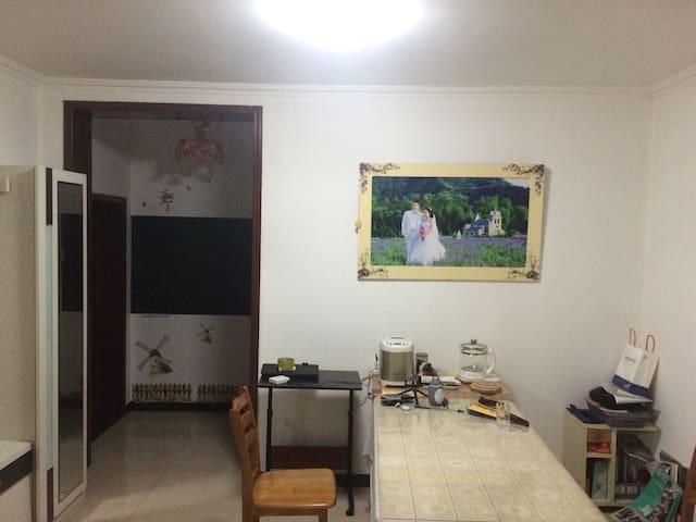 舒适宽敞的楼房公寓,带可以喝茶晒太阳的落地窗阳台,自由烹饪购物 - 北京市 - ที่พักพร้อมอาหารเช้า