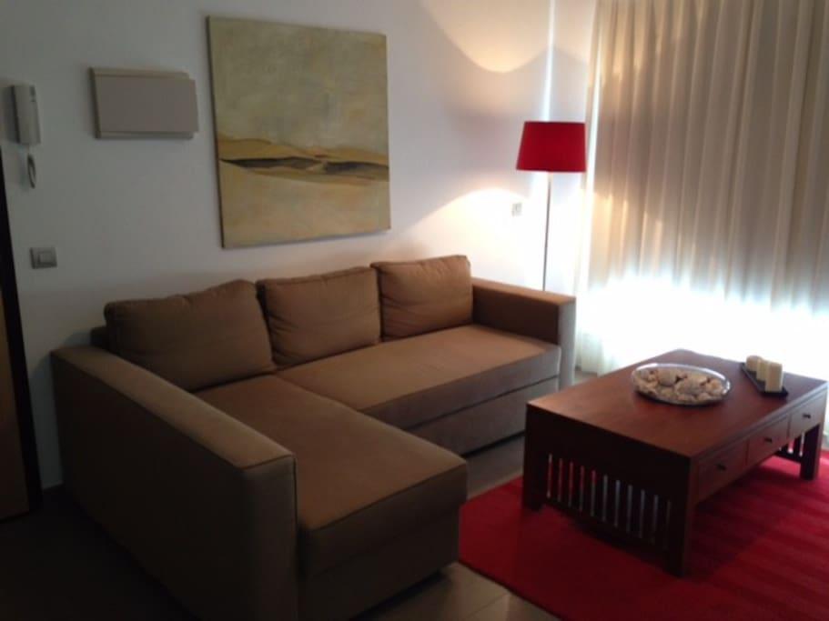 Salón con sofá confortable, ventilador de techo y wifi gratuito