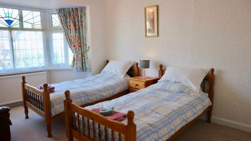 Spacious twin bedroom, close to airport