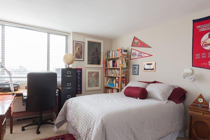 Charming Apartment w/ Balcony, Minutes to D.C. - Arlington - Lägenhet