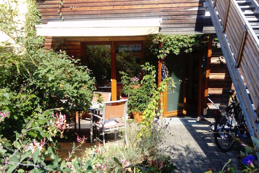 Eingangsbereich mit Vorgarten und Gartengarnitur
