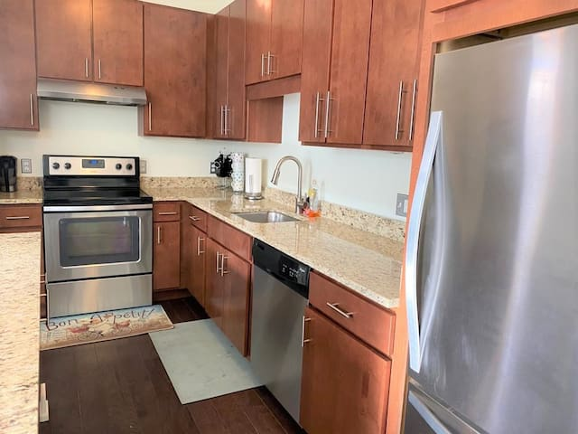 Bright 1BED in Luxury Building w/ In-unit Laundry