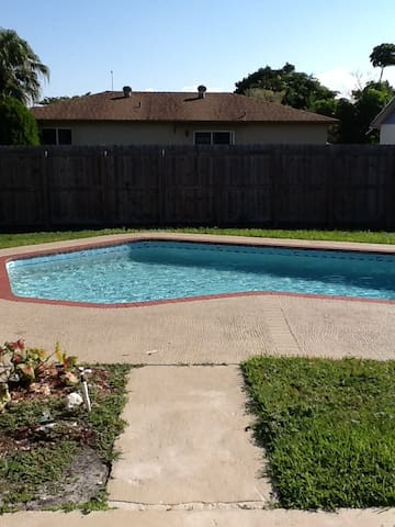 Two bedrooms and bath with pool. - North Lauderdale - House