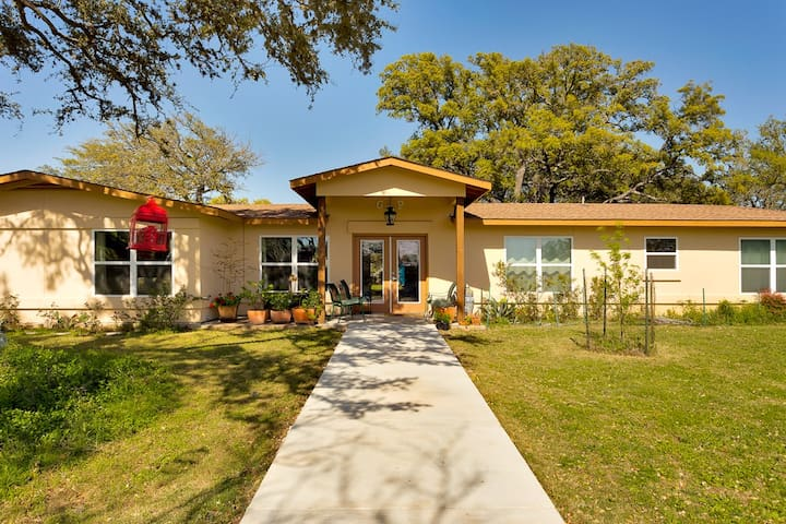 Amici BnB- All 6 rooms - Dripping Springs - Bed & Breakfast