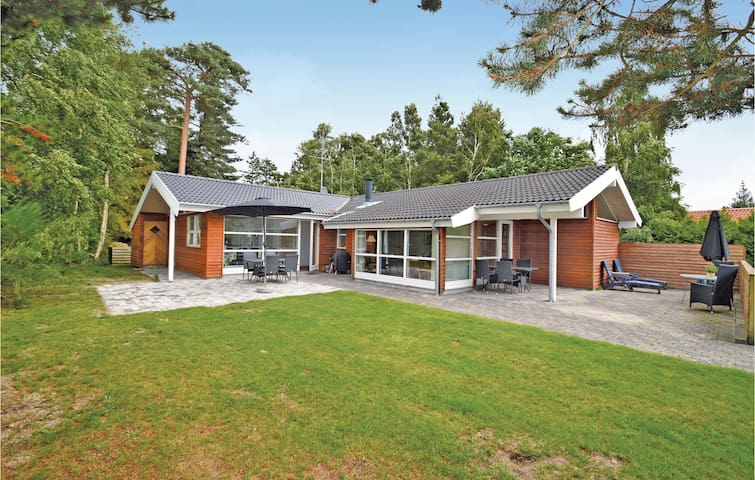 Holiday cottage with 4 bedrooms on 120m² in Væggerløse