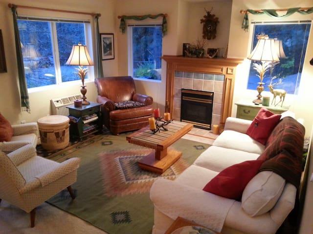 Quiet 3 Bedroom Condo with balcony - Leavenworth - Apartamento