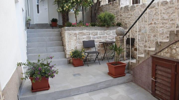 Garden White Apartment