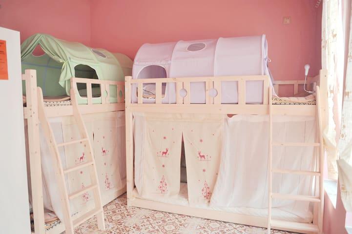 独立小客厅粉红少女心女生六人间214(此价格为单床位非整间) 位于鼓楼大悦城独栋花园别墅