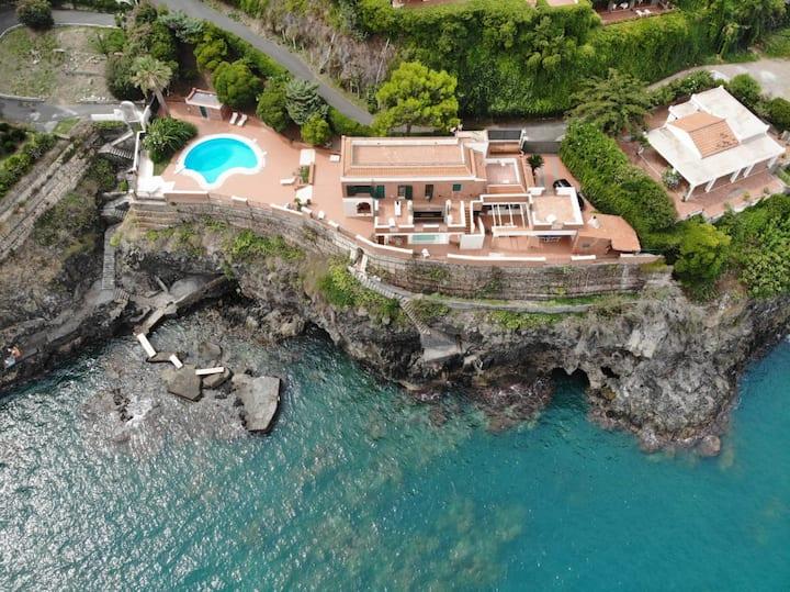 Sea Breeze Villa in front of the Etna Volcano