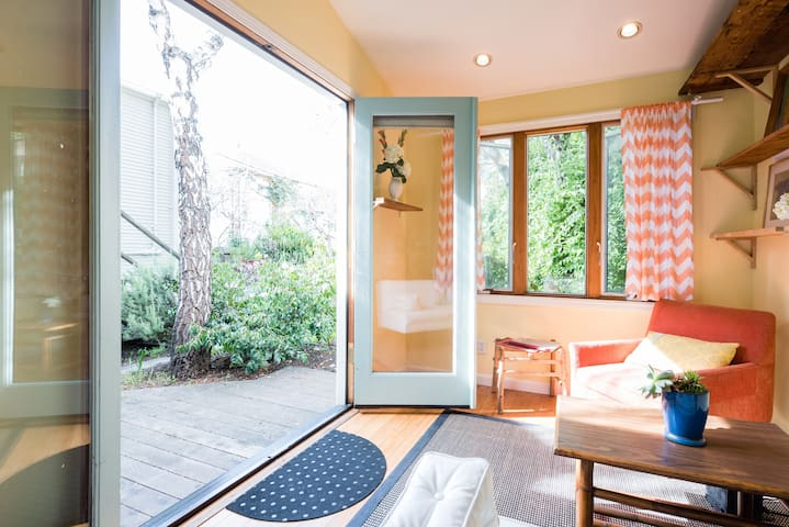 Tiny House in Gorgeous Garden  - clean & cute!