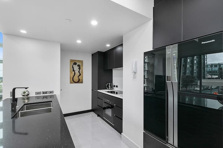 Minimalist and Large Apartment with Gym, Pool and Free Parking!