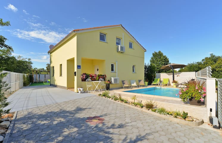 House for 6+2 pers with pool in Bibići R69176