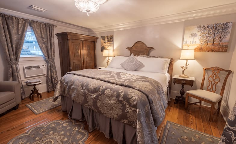204 - Charlotte - Bayfront Westcott House Bed & Breakfast