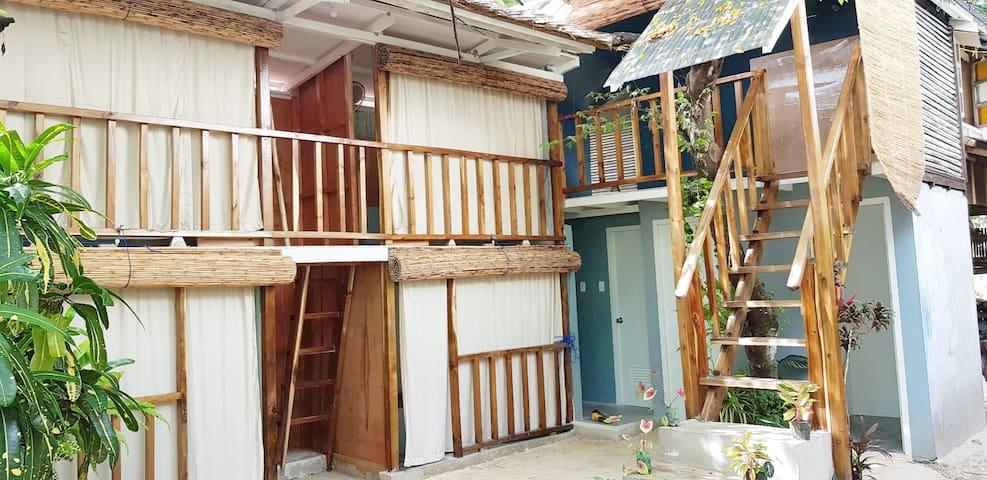 Rembert Homestay - Garden bunks by the sea