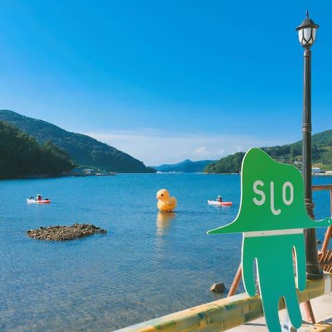 호수같은 바닷가풍경 예쁜숙소와 카페 관광지와 인접 (2-3인실) - 통영시 - บ้าน