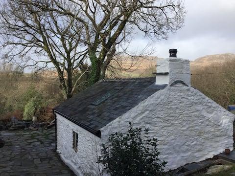 Borth-y-Gest, quirky cottage close to coastal path