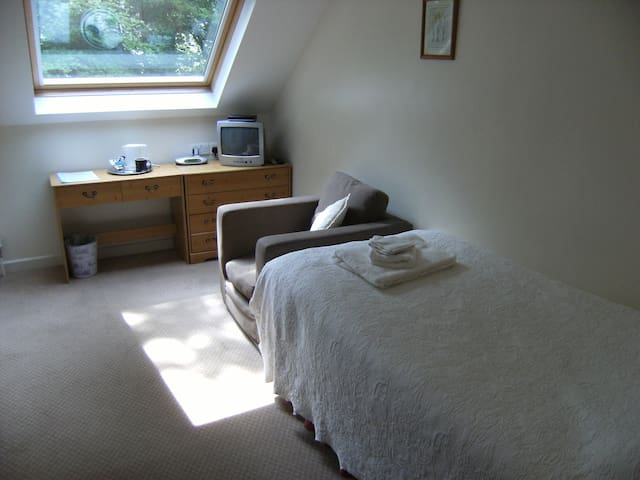Single en suite guest room near Amroth, S.W. Wales